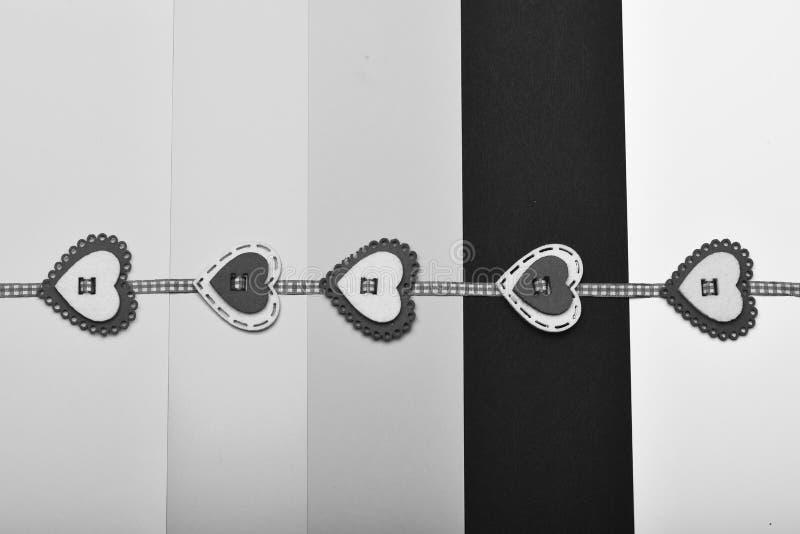 在五颜六色的镶边背景的手工制造装饰 与红色和白色心脏的被检查的丝带成了串珠状对此 华伦泰 库存图片