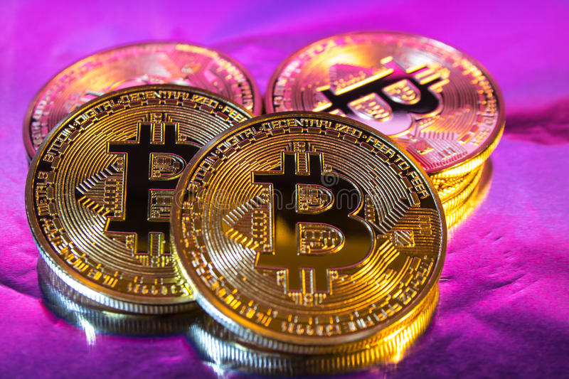 在五颜六色的backgrou的Cryptocurrency物理金黄bitcoin硬币 免版税库存照片