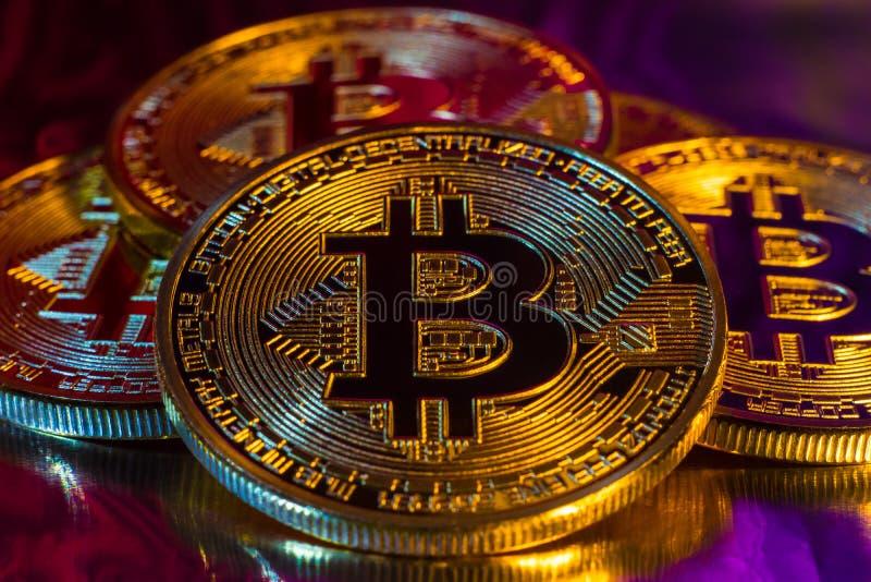 在五颜六色的backgrou的Cryptocurrency物理金黄bitcoin硬币 库存照片