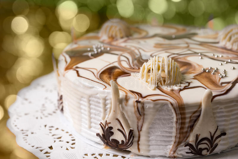 在五颜六色的brighting的背景的白色自创饼 免版税库存照片