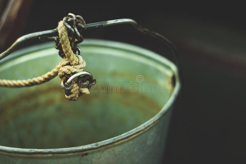 在井的一个锡罐立场 图库摄影