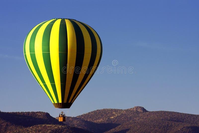 在亚利桑那沙漠的五颜六色的热空气气球 图库摄影