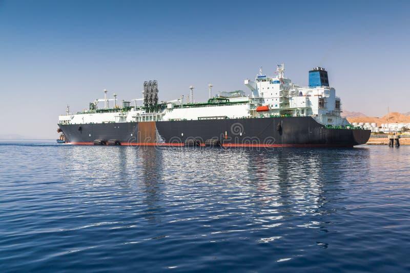 在亚喀巴口岸停泊的巨大的油槽 库存图片
