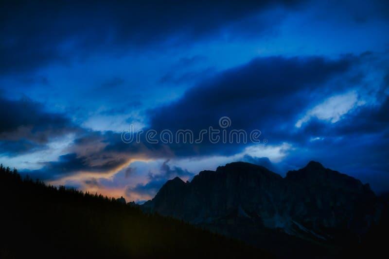 在亚尔他Badia山的蓝色小时,白云岩 库存图片