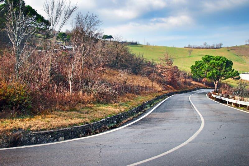 在亚平宁山脉山的弯曲道路 库存照片