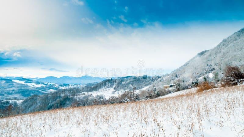 在亚平宁山脉山的雪包括的乡区的看法 库存图片