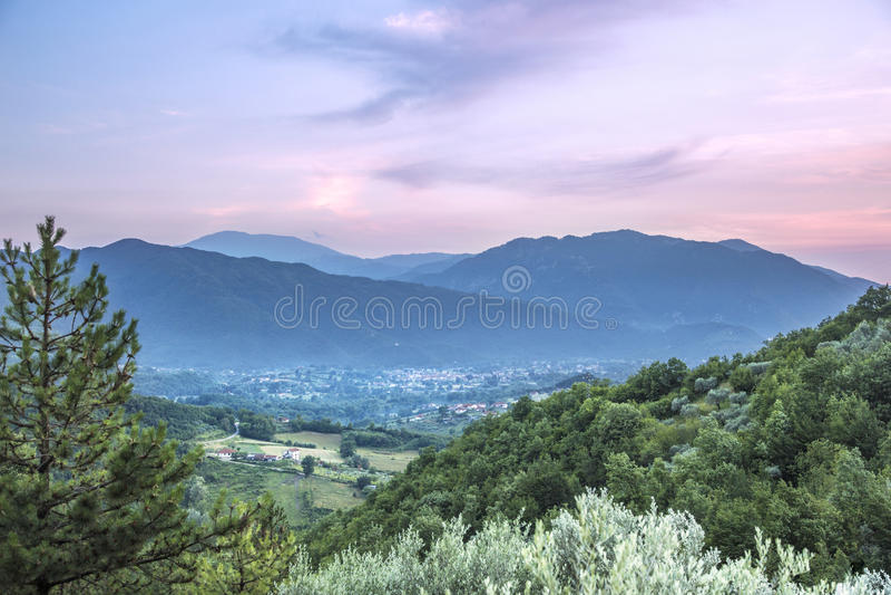 在亚平宁山脉意大利的桃红色日落 库存图片