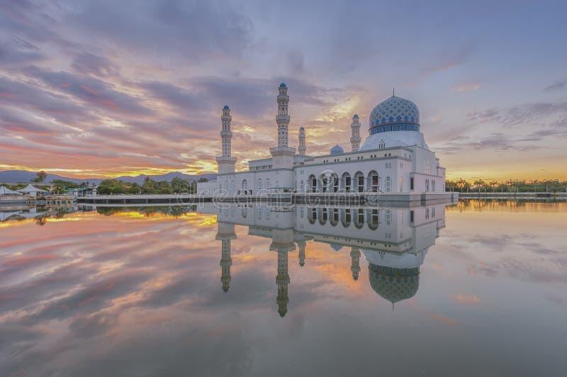 在亚庇市清真寺沙巴婆罗洲,马来西亚的日出 库存图片