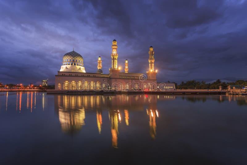 在亚庇清真寺,著名地标的日出在Kota Kinabal 免版税库存图片