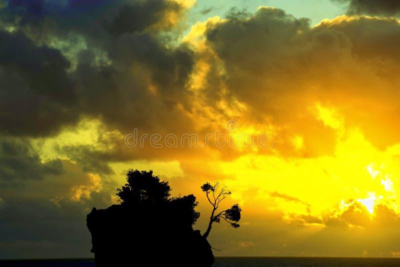 在亚得里亚海的剧烈的日出和卡梅尼火山Brela -小著名海岛在Brela,马卡尔斯卡里维埃拉,克罗地亚 图库摄影