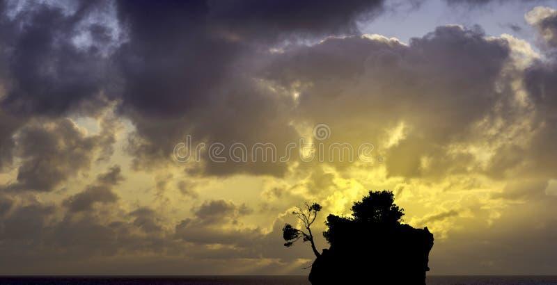 在亚得里亚海的剧烈的日出和卡梅尼火山Brela -小著名海岛在Brela,马卡尔斯卡里维埃拉 库存照片