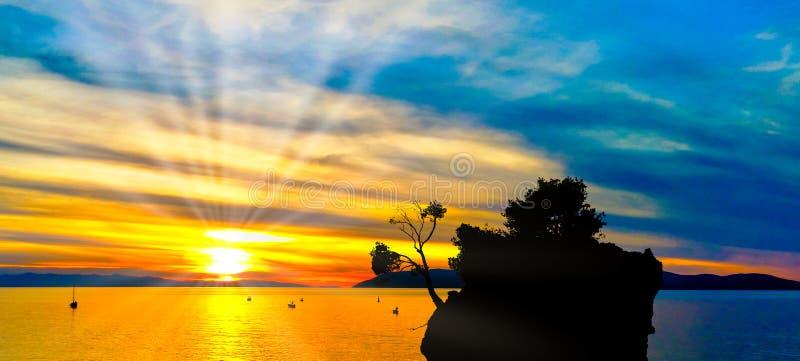 在亚得里亚海的剧烈的日落和卡梅尼火山Brela在Brela,马卡尔斯卡里维埃拉,克罗地亚 库存图片