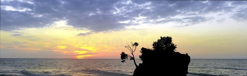 在亚得里亚海的剧烈的日落和卡梅尼火山Brela -小著名海岛在Brela 免版税图库摄影