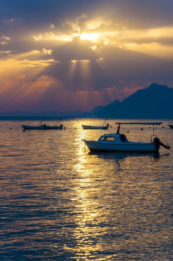 在亚得里亚海的日落汽艇在马卡尔斯卡,克罗地亚靠岸 库存图片