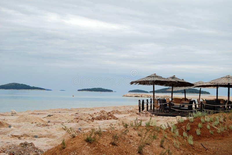 在亚得里亚海的海滩的咖啡馆 库存图片