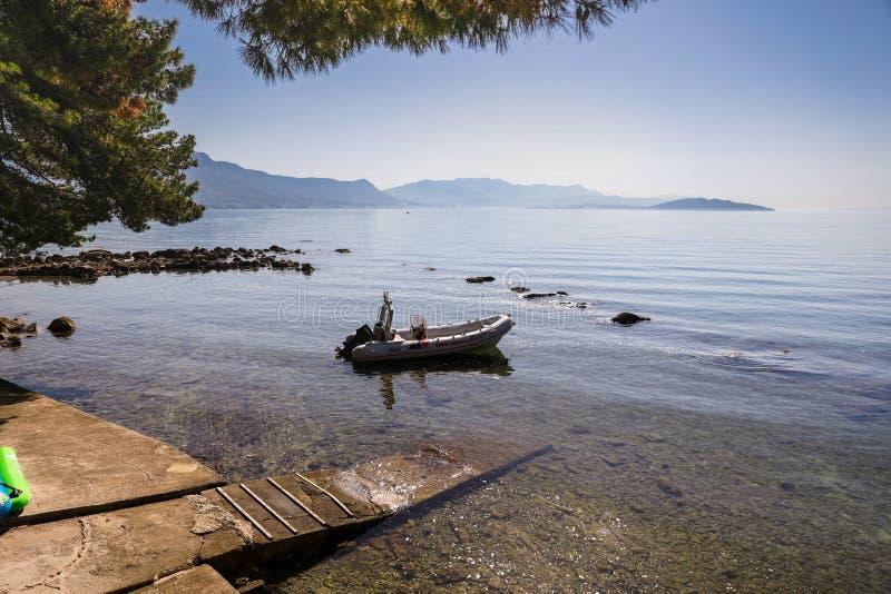 在亚得里亚海美丽如画的海岸停放的小船在夏天离分裂不远 图库摄影