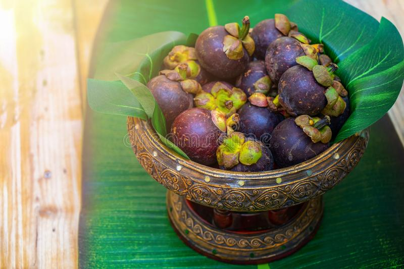 在亚洲泰国葡萄酒帕纳的在木桌上的山竹果树或盘子 他们准备服务在研讨会咖啡休息时间 免版税库存图片