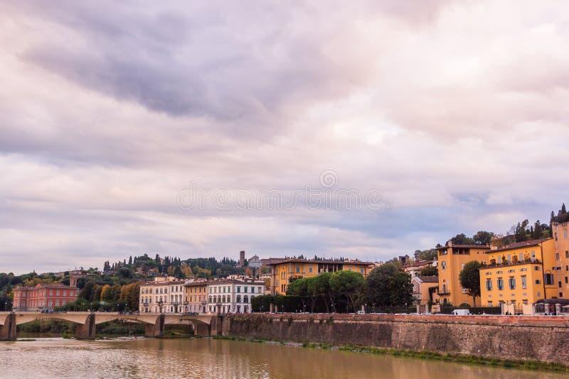 在亚诺河河河岸的五颜六色的老大厦在佛罗伦萨,意大利 中世纪的结构 免版税图库摄影