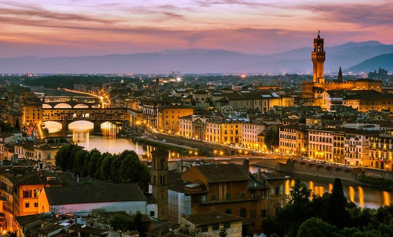 在亚诺河河的夜视图在佛罗伦萨,意大利 图库摄影