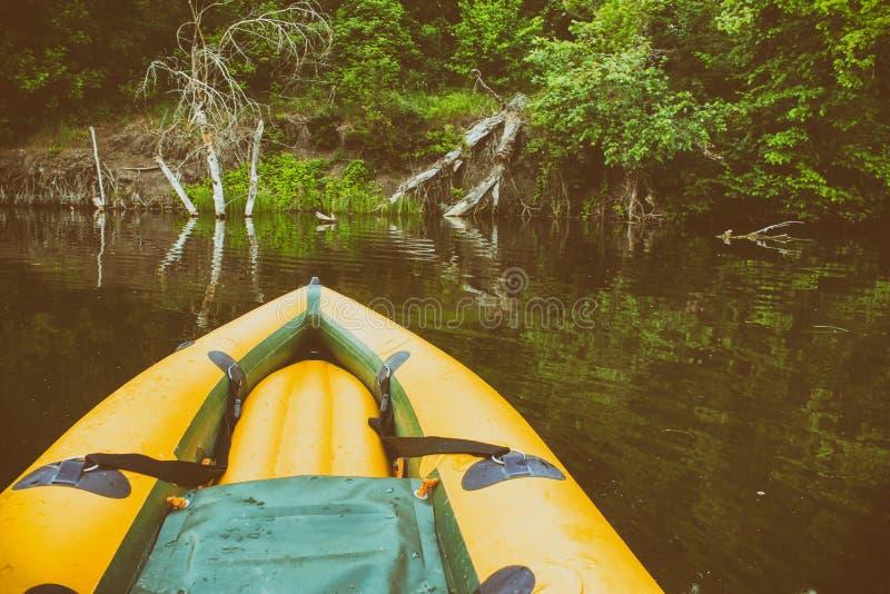 在亚马孙河的仍然水的黄色小船鼻子 免版税图库摄影