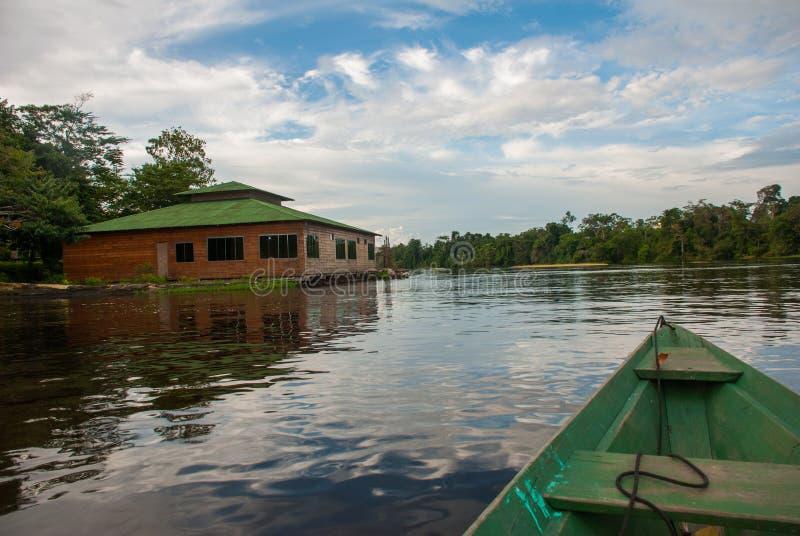 在亚马孙河的传统木小船浮游物在密林 亚马孙河马瑙斯,阿马佐纳斯,巴西 免版税库存照片