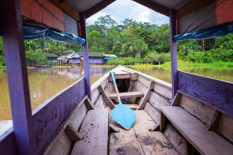 在亚马孙河的紫色独木舟 库存图片
