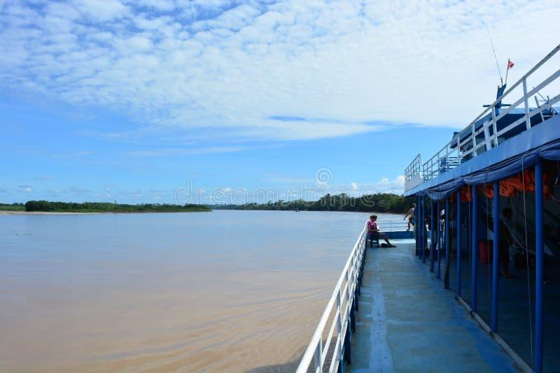 在亚马孙河,秘鲁的大小船航行 库存图片
