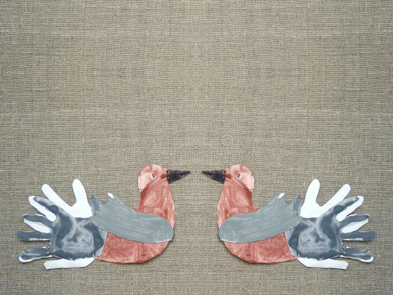 在亚麻制织品的两只被绘的鸟 库存照片