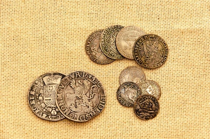 在亚麻制背景的银币 免版税图库摄影
