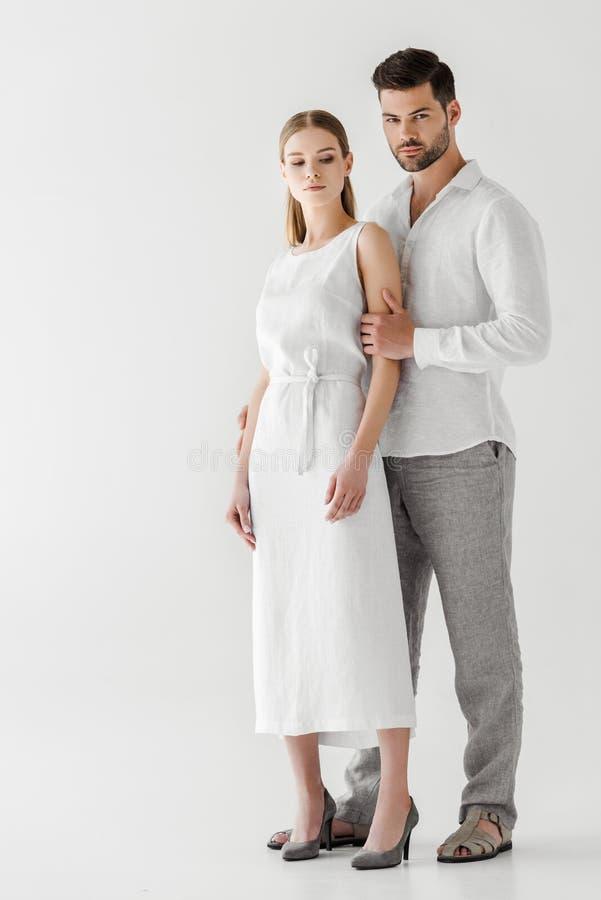 在亚麻制衣裳摆在的年轻夫妇 库存照片