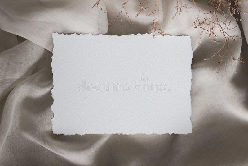 在亚麻布与微小的花, closup的被撕毁的边缘纸牌 婚礼文具大模型 书法模板 免版税库存照片