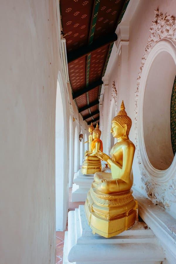 在亚洲寺庙的金黄佛教修士雕象 免版税库存照片