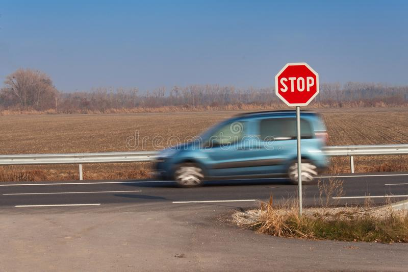 在交叉路停车牌 农村的路 退出在主路上 主路 危险路 交通标志中止 库存图片