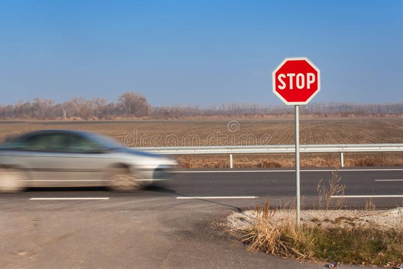 在交叉路停车牌 农村的路 退出在主路上 主路 危险路 交通标志中止 免版税图库摄影