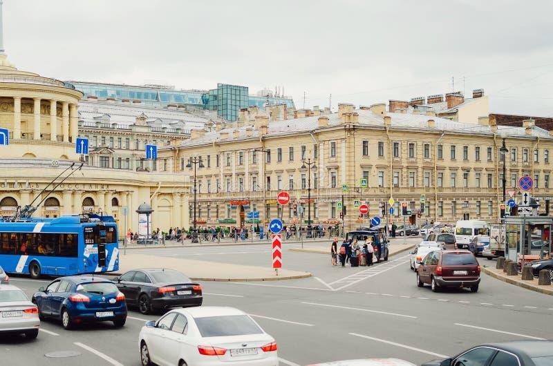 在交叉路的繁忙的交通在圣彼德堡  免版税库存照片