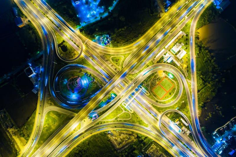 在交叉路连接点运输技术的夜交通 免版税库存图片