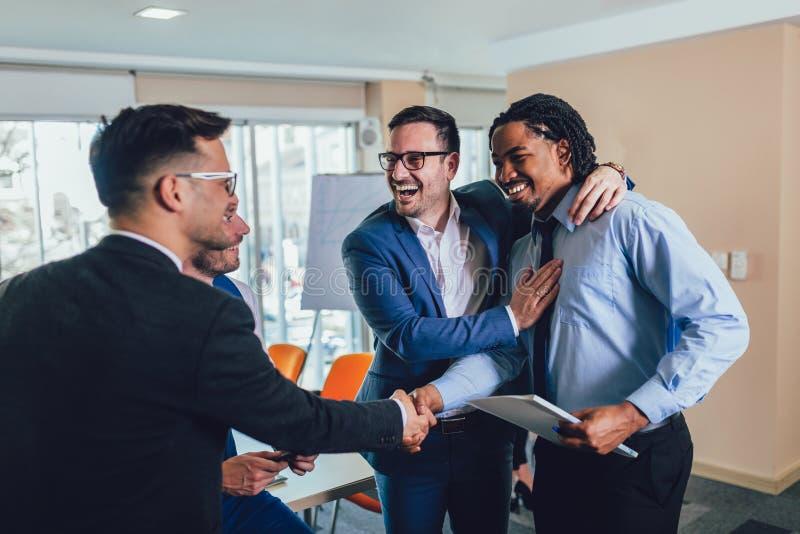在交涉以后的商人握手在办公室 选择聚焦 免版税图库摄影
