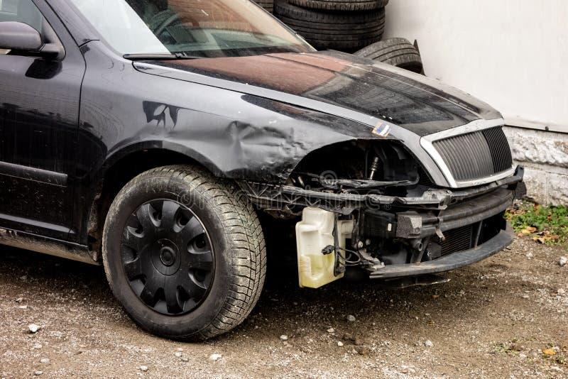 在交通事故损坏的黑现代汽车,不用前灯和防撞器 免版税库存照片