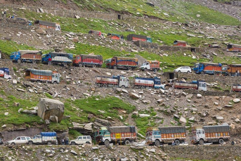 在交通堵塞和卡车困住的许多汽车在Rohtang通过由于在喜马偕尔邦状态,北印度的山崩 图库摄影