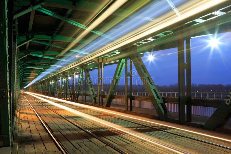 在交通的电车在桥梁在晚上 免版税库存图片