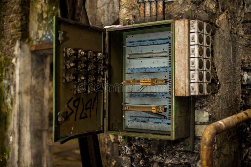 在产业废墟的开放保险丝箱子 免版税库存图片