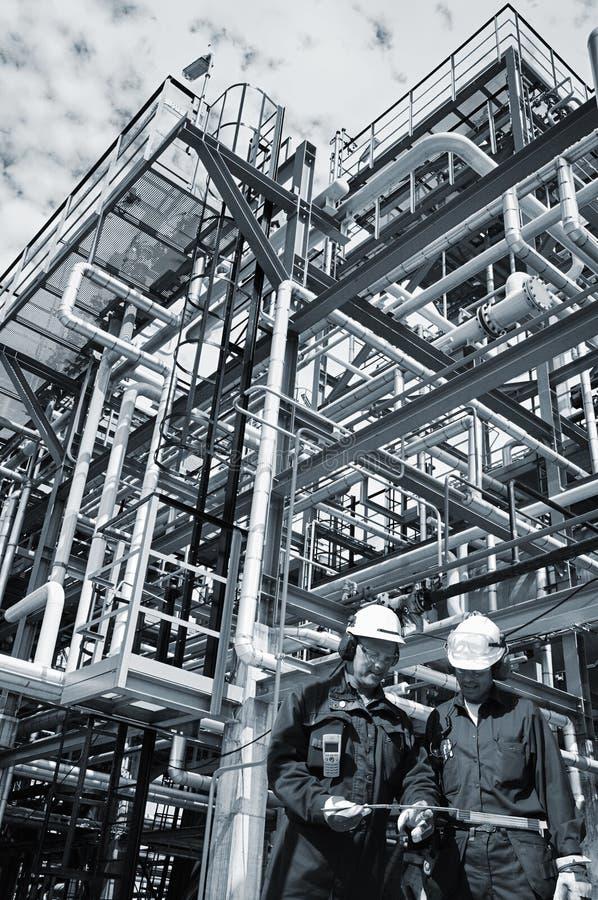 在产业里面的油和煤气工作者 免版税库存照片