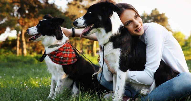 在享受他们的与宠物的爱的浪漫愉快的夫妇时间 库存图片