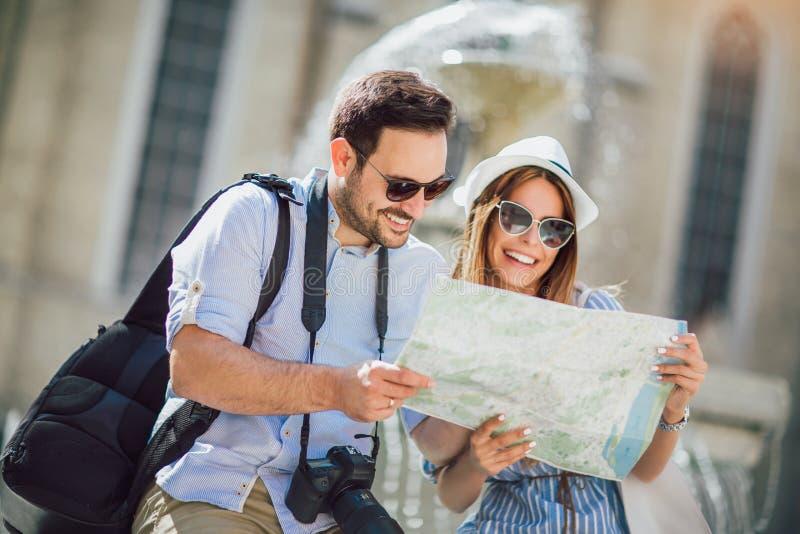 在享用城市的爱的旅游夫妇观光 库存图片