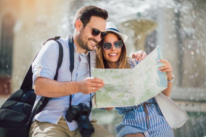 在享用城市的爱的旅游夫妇观光 免版税图库摄影