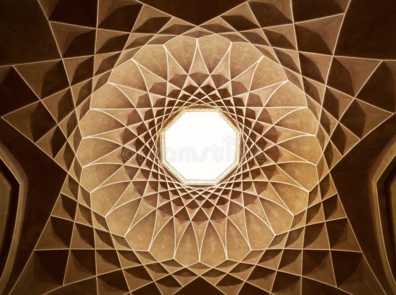 在亭子里面天花板圆顶在亚兹德Dowlat Abad庭院里  免版税库存照片