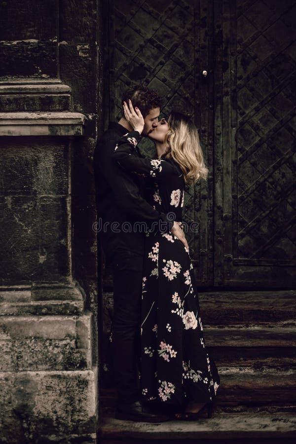 在亲吻在晚上城市街道的爱的时髦的吉普赛夫妇在o 库存照片