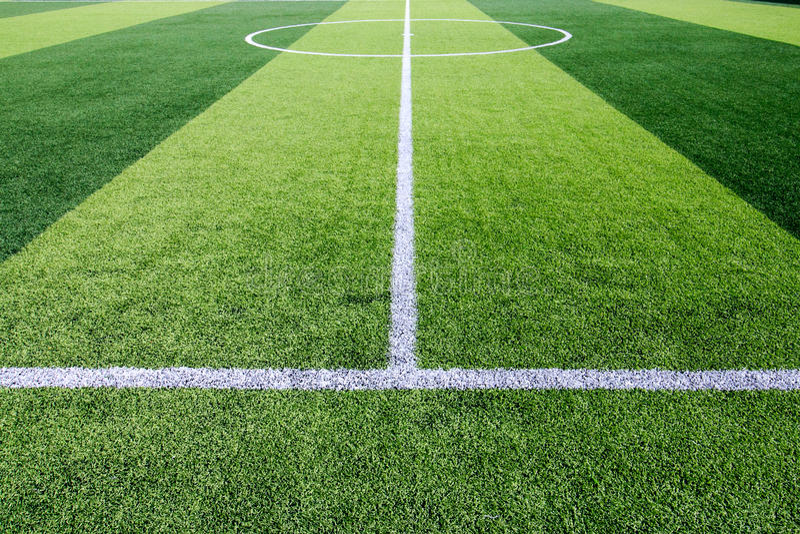 在人为绿草足球场的空白线路标号 库存图片