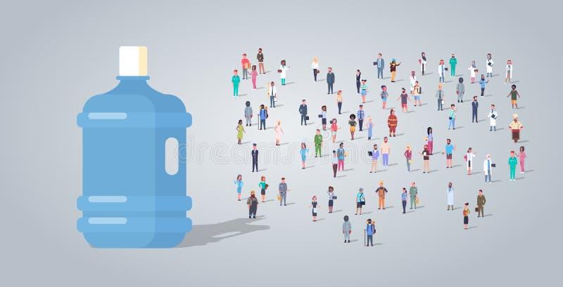 在人小组不同的职业雇员的大塑料瓶混合工作者拥挤净水交付概念的种族 皇族释放例证