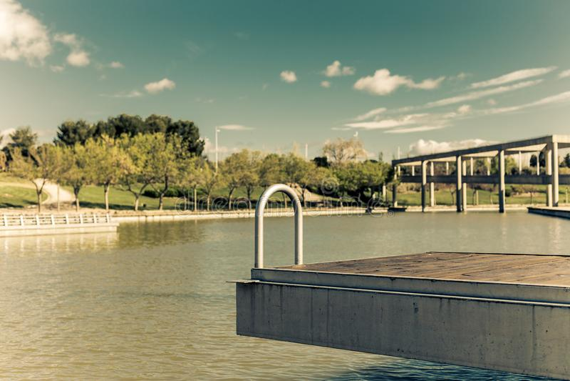 在人工湖的空的跳船为体育夏天 免版税库存照片